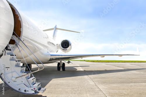 Fototapeta Schodiště s proudovým motorem na soukromém letadle - Bombardier