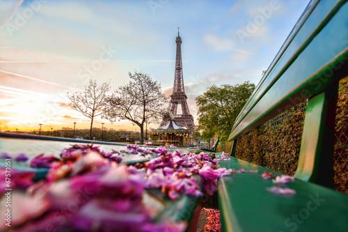 Naklejki na meble Wieża Eiffla w okresie wiosennym w Paryżu