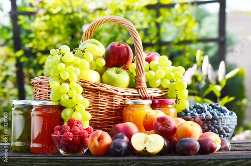 Fototapeta premium Świeże dojrzałe organicznie owoc w ogródzie. Zbilansowana dieta