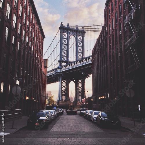 Fototapeta Most Brookliński i ulica na Manhattanie wieczorem na ścianę