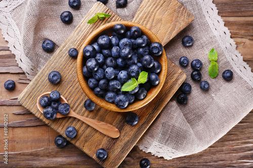 Fotografía Wooden bowl of blueberries