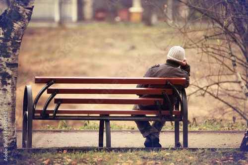 lonely man on the bench autumn, winter Fototapet