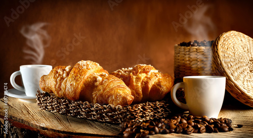 Espresso caldo con cornetti #69758474