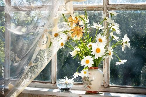 Fototapeta Bukiet kwiatów rumianku na parapecie w słoneczny dzień XL