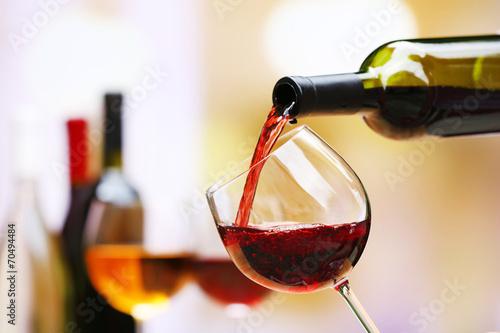 Obraz na plátně Červené víno nalil do sklenice na víno, close-up