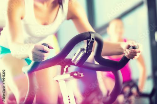 Fototapeta Leute beim Spinning ve sportu Fitnessstudio