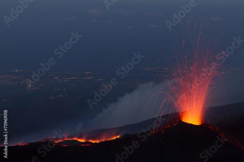 Obraz na płótnie Etna eruption at sunset with cityscape background