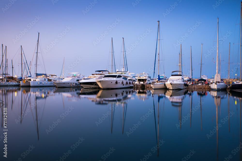 Białe jachty w zatoce Ateny, Grecja. <span>plik: #71192438 | autor: seqoya</span>