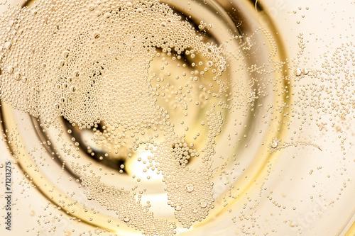 Nahaufnahme von Champagner im Glas