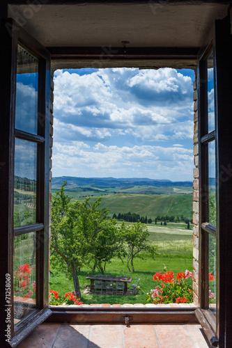 Fototapeta Krajobraz Toskanii z okna wysoka
