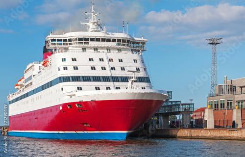 Fototapeta Červené a bílé cestující trajektu je kotvící v přístavu