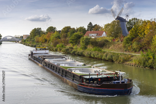 Obraz na płótnie Freight ship on the Mittelland Canal in Hannover