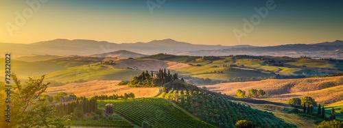 Fototapeta premium Tuscany krajobrazowa panorama przy wschodem słońca, Val d'Orcia, Włochy