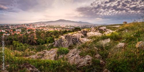 Stadt Nitra am Morgen, vom Kalvarienberg aus gesehen Fototapete