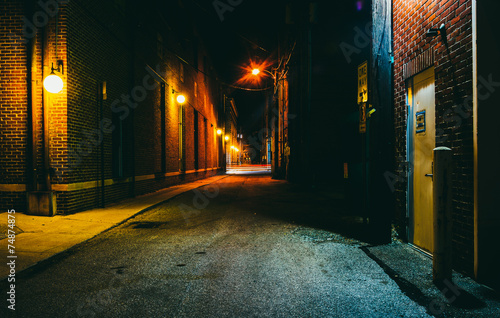 Fototapeta Dark alley at night in Hanover, Pennsylvania.