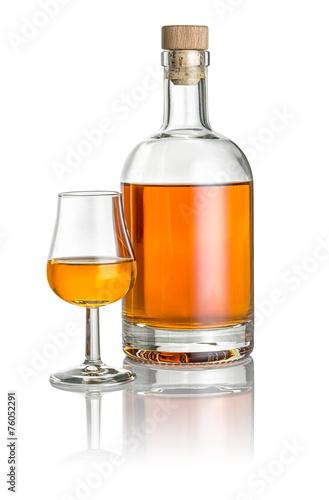 Flasche und Schwenker gefüllt mit bernsteinfarbener Flüssigkeit