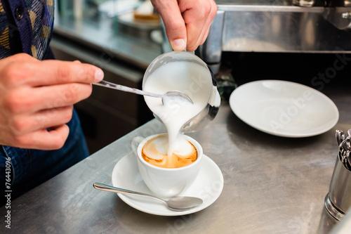 Carta da parati Barista in Cafe Bar gießt Milchschaum für Cappuccino