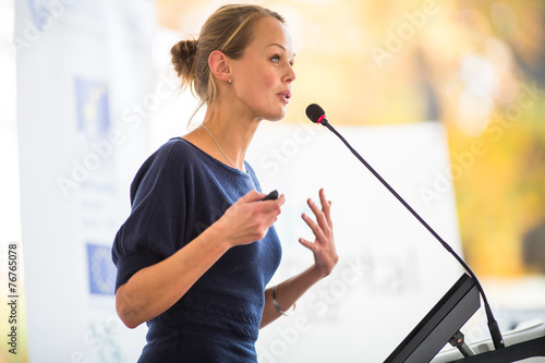 Stampa su Tela Pretty, young business woman giving a presentation
