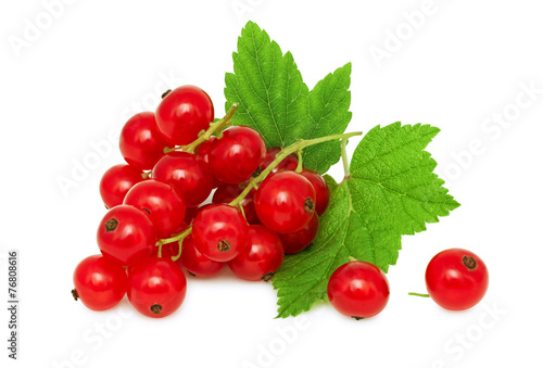 Photo One bunch of ripe redcurrant with green leaves (isolated)