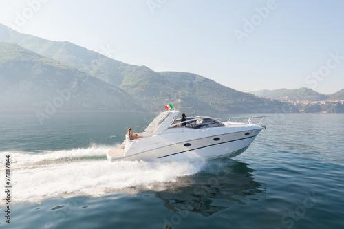 Valokuvatapetti motor boat