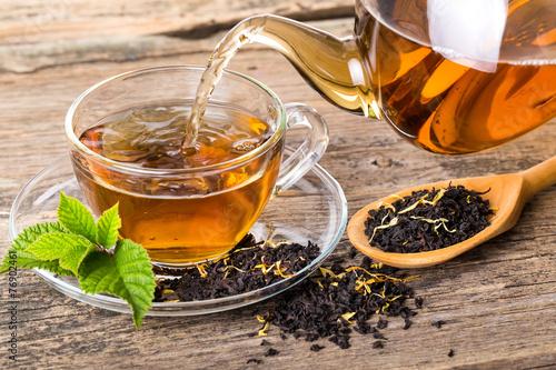 Obraz na plátně Tea composition with mint leaf on wooden palette