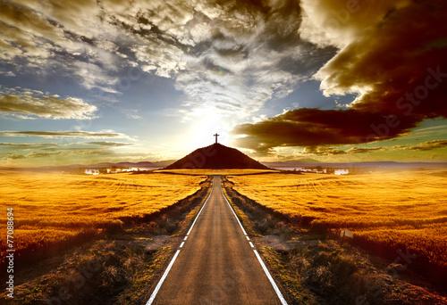 Valokuva Aventuras y viajes por carretera.Carretera y cruz en la colina