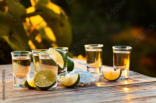 Fotografia gold tequila with salt and lime