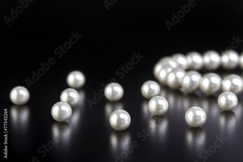 Fotografia white pearls necklace on black