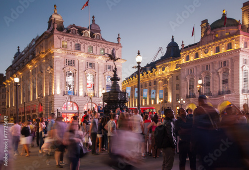 LONDON, UK - AUGUST 22, 2014: Piccadilly Circus in night. фототапет