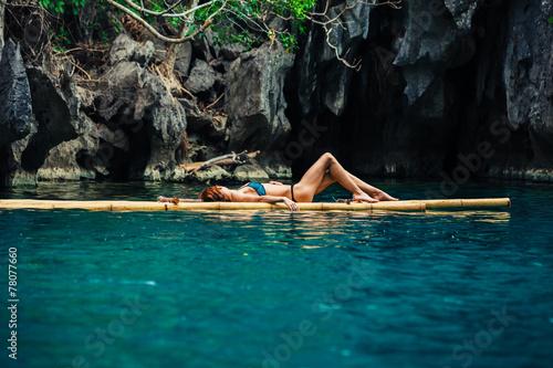 Photo Beautiful woman relaxing on raft in tropical lagoon