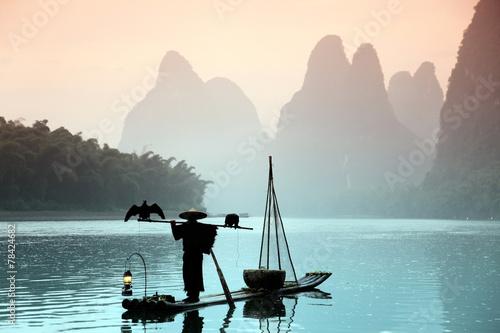 Obraz na płótnie Chinese man fishing with cormorants birds