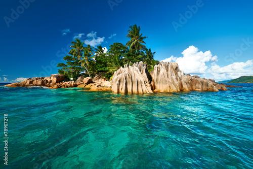 Naklejka premium Piękna tropikalna wyspa