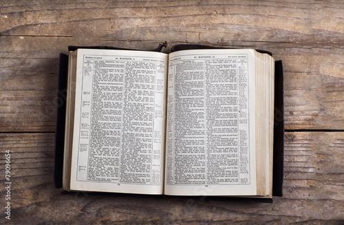 Bible on a wooden desk Fototapet