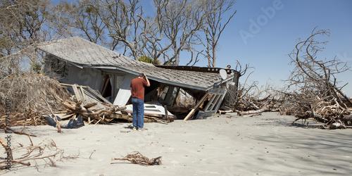 Fototapeta Muž truchlící nad zničeného domu