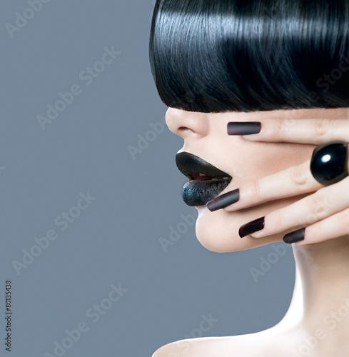 Fototapeta premium Portret dziewczyny moda model z modnym fryzury