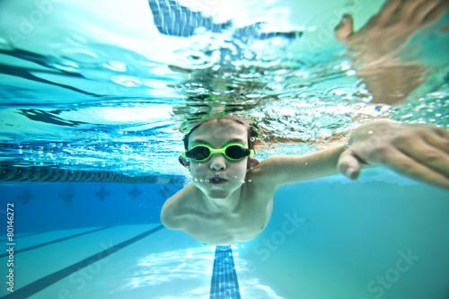 Canvas Print kid swimming laps