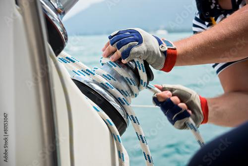 Fotografia Wciągarki i marynarzy ręce na żaglówce