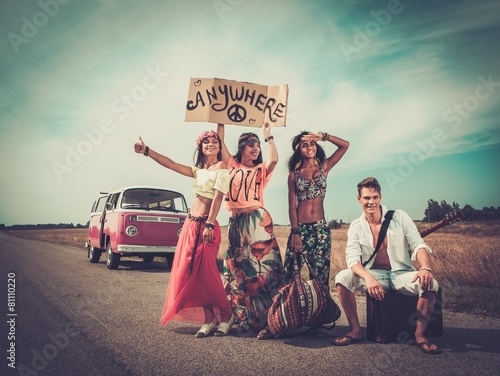 Платно Multinational hippie hitchhikers on a road
