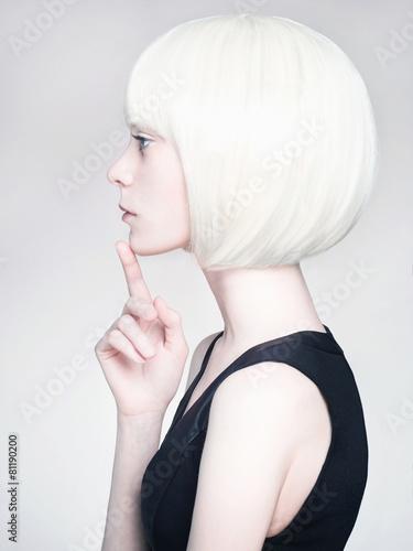 Carta da parati blond young woman. bob hairstyle girl