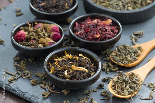 Obraz na plátně Sortiment suchého čaje v keramické misky