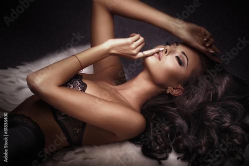 Valokuvatapetti Sensual brunette beauty posing.