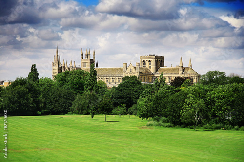 Photo English landscape with catherdral and park