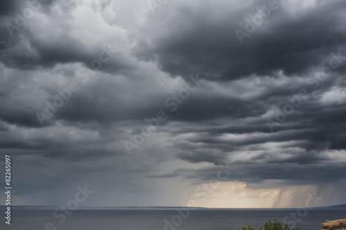 Fototapeta Deszczowe, burzowe chmury na niebie duża