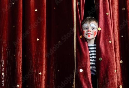 Carta da parati Boy Clown Peering Through Stage Curtains