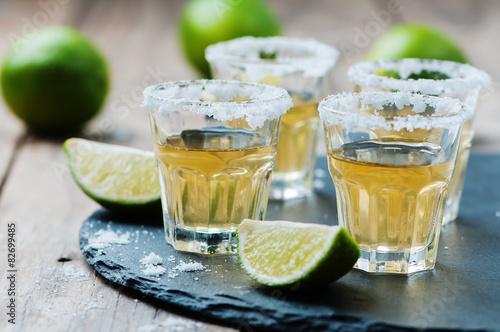 Fotografie, Obraz Zlatá tequila s limetkou a solí