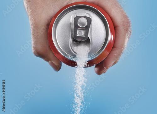 Fototapeta Ruka soda plechovky nalil šílené množství cukru