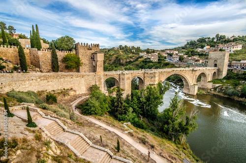Panorámica del Puente de San Martín sobre el Río Tajo en Toledo