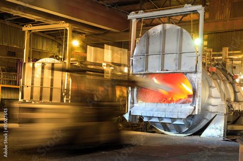 Carta da parati Loading aluminium in a furnace for recycling.