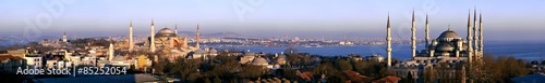 Fototapeta premium Szerokokątna panorama Stambułu Stare Miasto w świetle dziennym, w tym najsłynniejsze atrakcje turystyczne Sophia i Błękitny Meczet Sułtana Ahmeda z wodnym Bosforem i azjatyckim bocznym miastem w tle