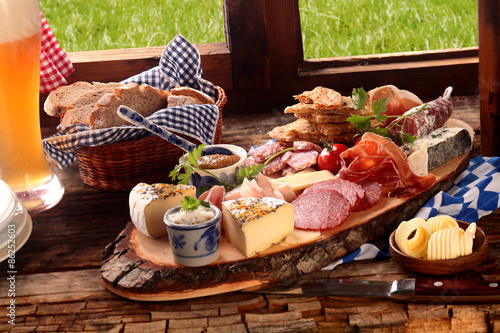Fotografia Delicious midday meal of a meat and cheese platter